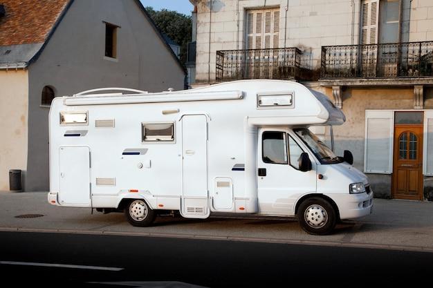 道路上のキャンプ車