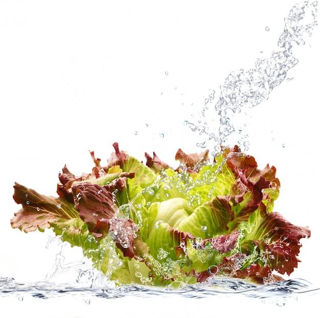 水に落ちる新鮮なサラダ