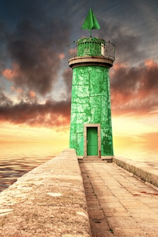 壮大な古いブルトン灯台