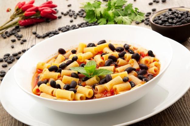 Суп из макарон и черных бобов