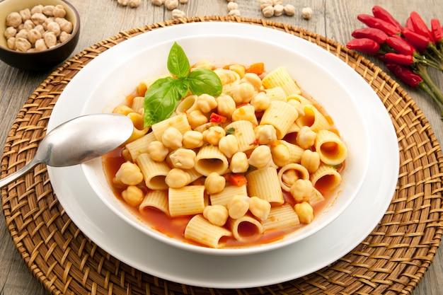 パスタとひよこ豆のスープ