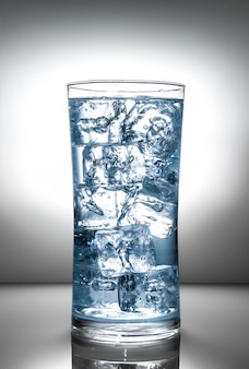 Стакан со льдом и жидким всплеском