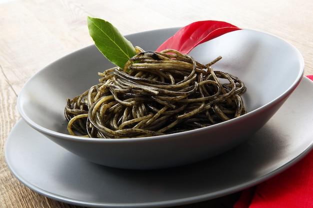 Спагетти с соусом из чернил кальмара