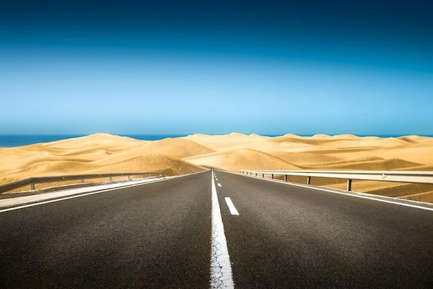 砂漠の長い道のり