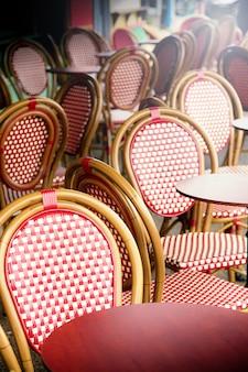 パブの外のヴィンテージの椅子