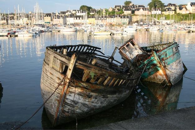 まだ港に古いボート