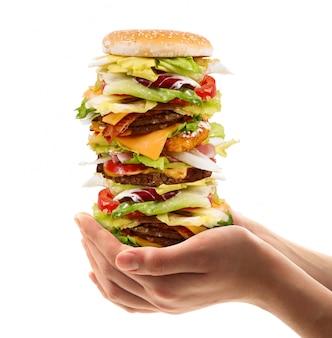 サラダとハンバーガーの大きなサンドイッチ