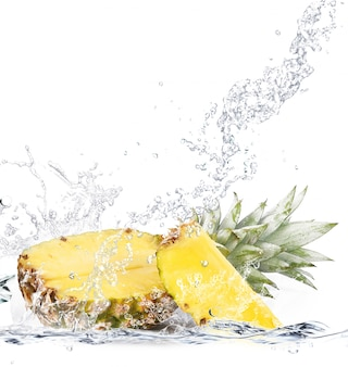 水に落ちる新鮮なパイナップル