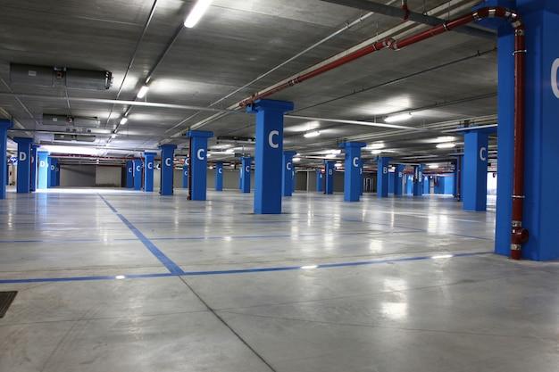 空の大きな地下駐車場