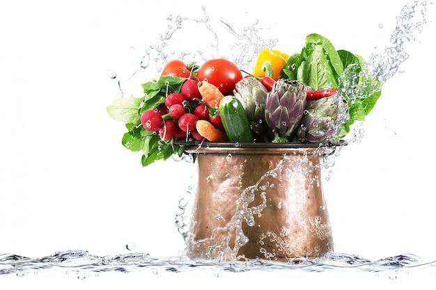 Свежие овощи в медном котле