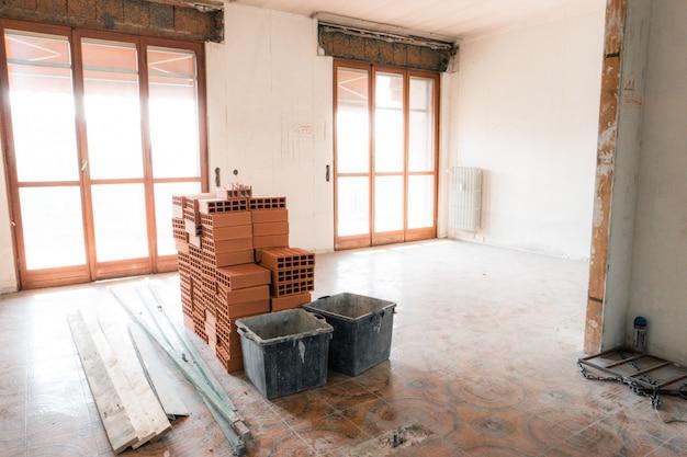 改装中のアパート