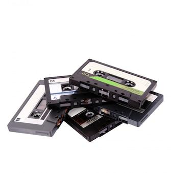 白い背景の上のオーディオカセットテープ