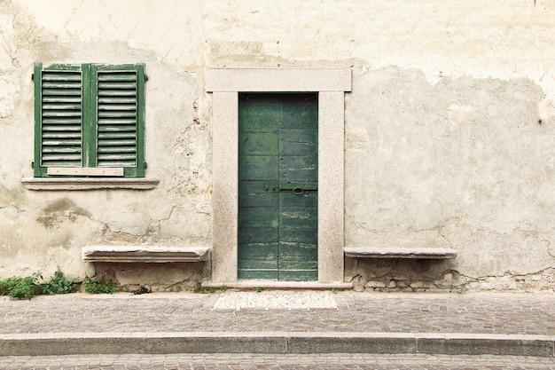 典型的なヴィンテージの木製のドアと窓