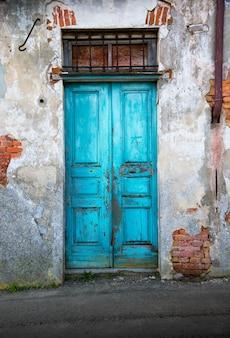 典型的なヴィンテージの木製のドア