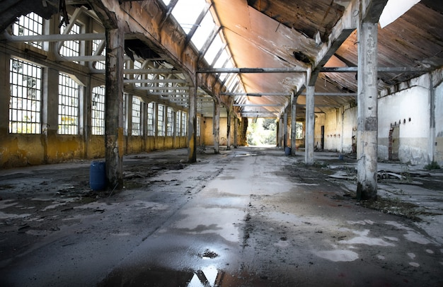 古い廃工場