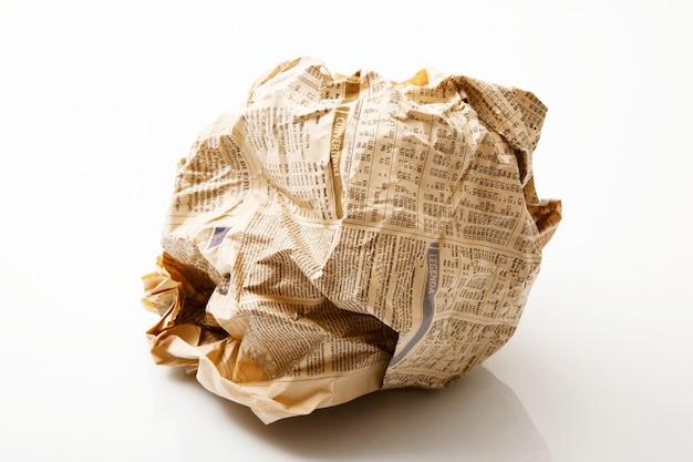 白い背景で新聞ボール