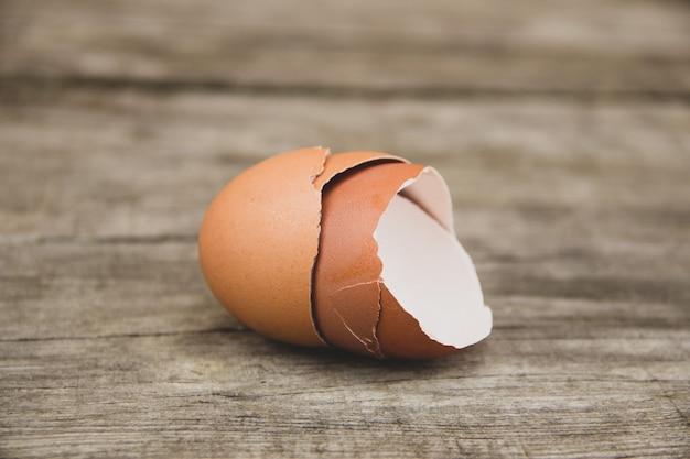 木製のテーブルに卵の殻。