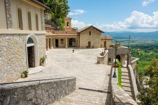 Греччо, италия. храм эрмитаж, воздвигнутый святым франциском ассизским