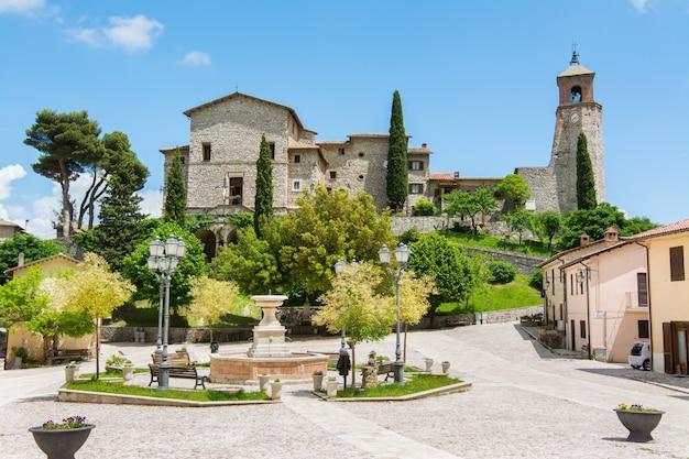 Греччо, италия. очень маленький средневековый город в регионе лацио, известный католическим святилищем святого франциска