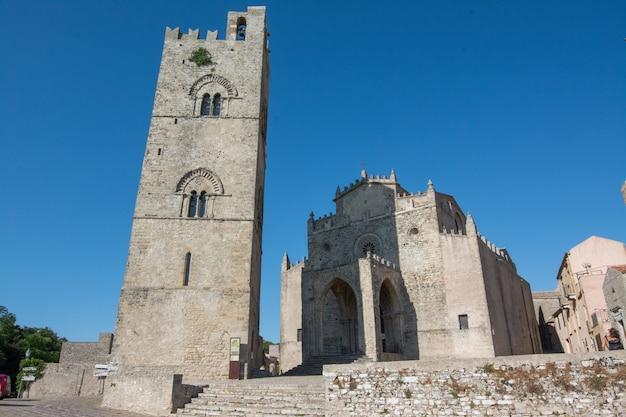 Эриче, сицилия, италия. внешний вид собора эриче и колокольни, основного места поклонения и материнской церкви эриче.