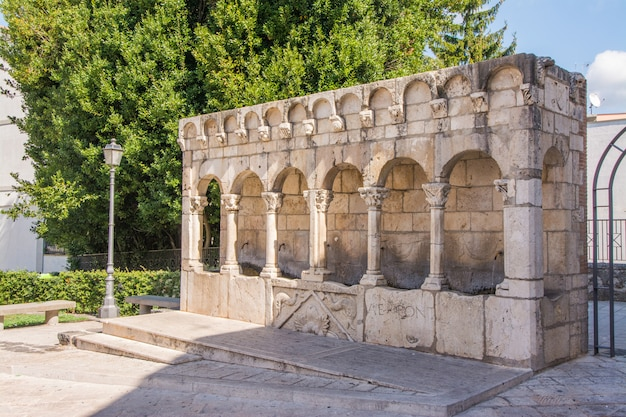 Молизе. «фонтана фратерна» является символом города изерния.