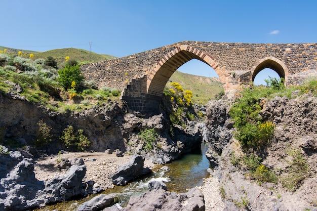 Средневековый мост адрано, сицилия
