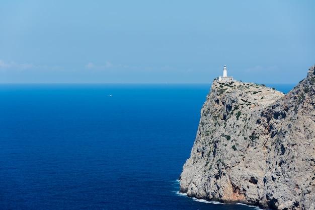 マイオルカの灯台と海の風景