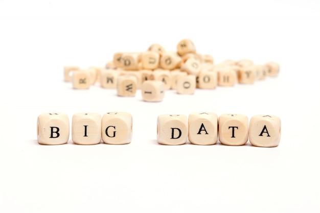 白い背景 - ビッグデータ上のサイコロと言葉