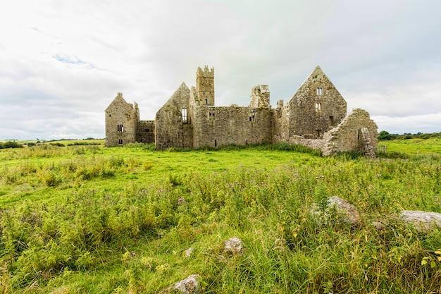 アイルランドの風景ゴールウェイ郡のロスの祈りの遺跡
