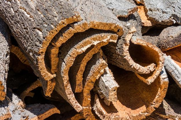 Кора пробкового дуба готова к переработке в португалии