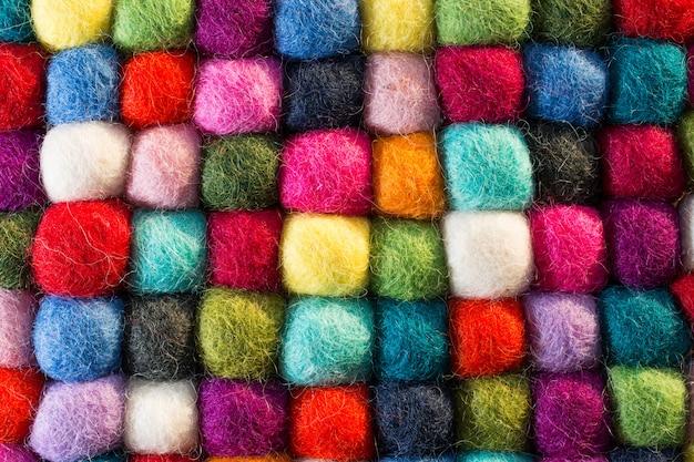 色の合成ウールのボールと幾何学的な背景