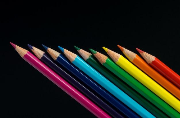 黒に分離された色鉛筆