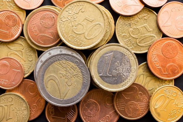 大量のユーロマネーコイン、ビジネスのトップビューを閉じる