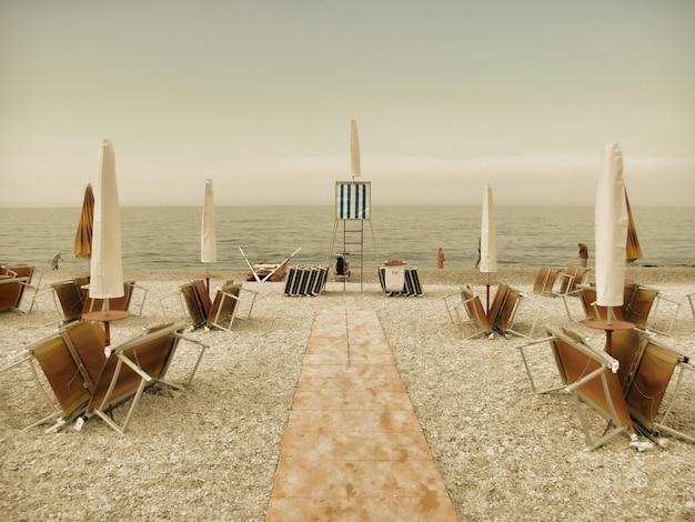 Винтажный пляж, осень на море