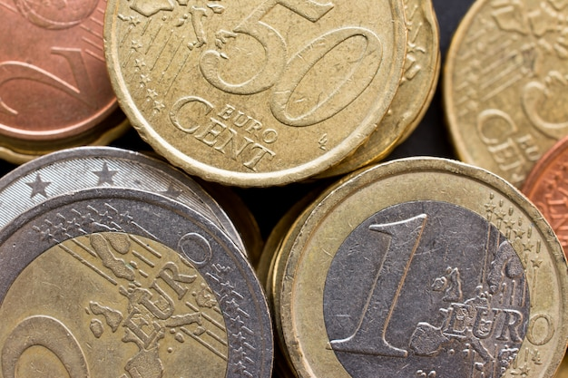 大量のユーロマネーコインのトップビューを閉じます、