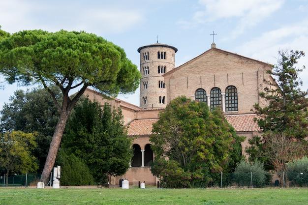 イタリア、クラッセ大聖堂のラヴェンナサンアポリナーレと丸い鐘楼