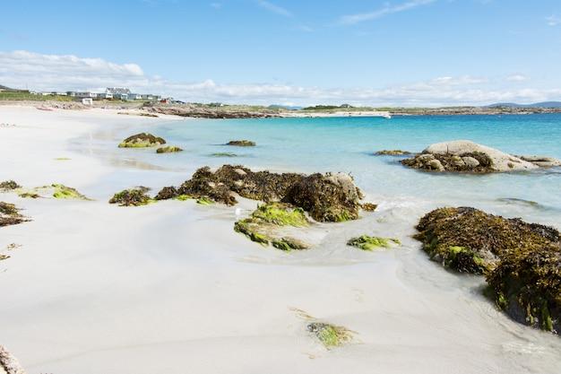 アイルランドの風景、ラウンドストーンの白い砂浜、ゴールウェイ郡のコネマラ