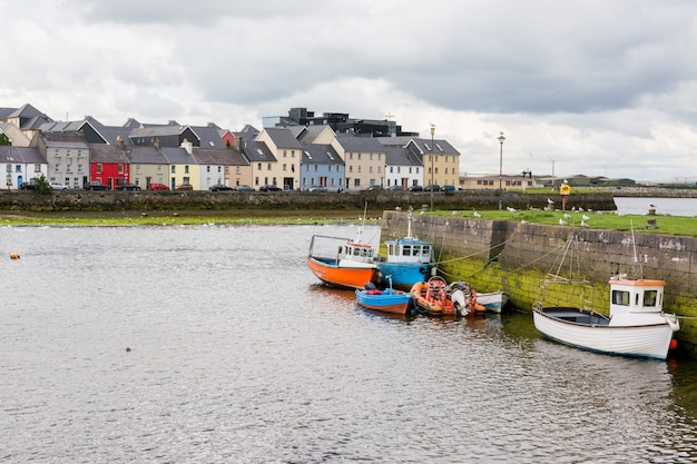 アイルランドの風景。ゴールウェイ市とコリブ川