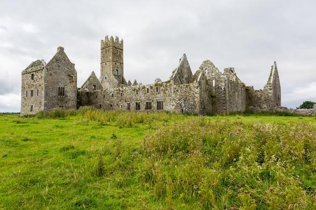 Ландшафты ирландии. руины мужского монастыря росс в графстве голуэй