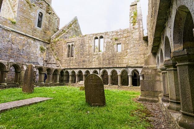 Пейзажи ирландии. руины мужского монастыря росс в графстве голуэй