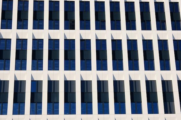新しい現代的なビジネスセンターの近代的なオフィスビルの外観。