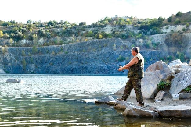 山の湖の漁師
