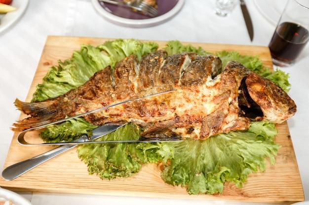 揚げ魚はレストランの宴会テーブルにクローズアップ