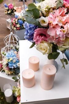 Свадебные церемонии украшения букеты цветов / свечи в ресторане на открытом воздухе.