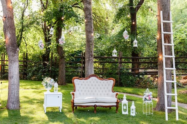 Свадебная церемония украшения букеты из роз, диван, лестница в ресторан на открытом воздухе.