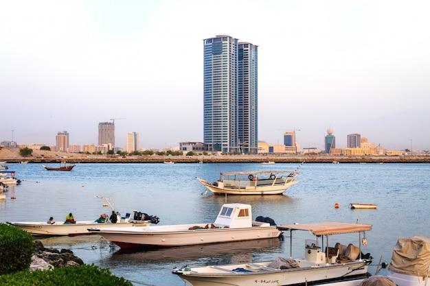 漁船やラスアルハイマ、アラブ首長国連邦の高層ビル