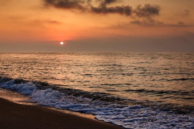 海に沈む夕日。