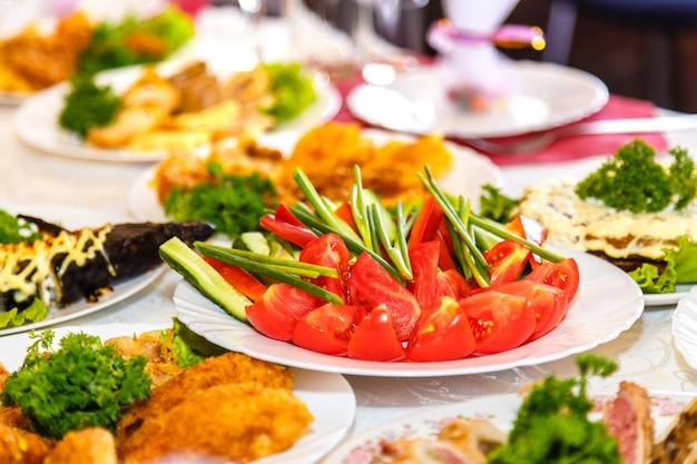 サラダと宴会テーブルの上の料理