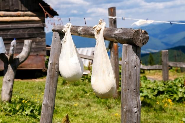 山の農場で熟したチーズの袋