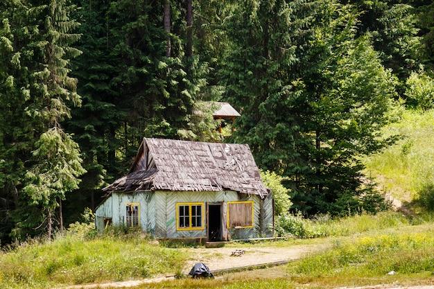 森の中の古い放棄された木造住宅